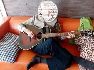 ギター�A 顔隠す.jpg